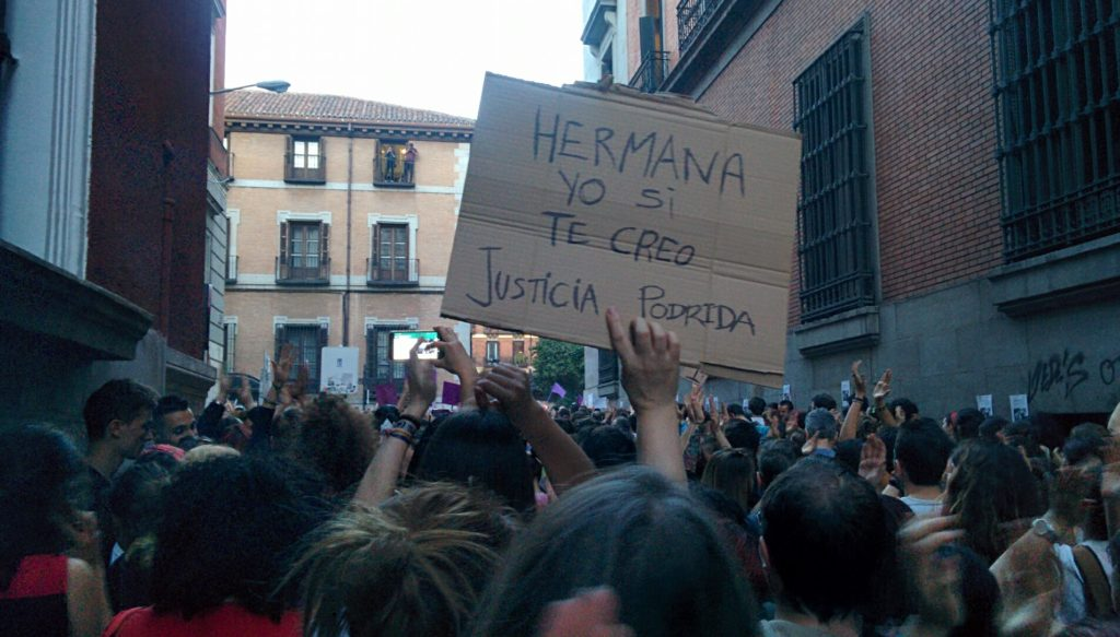 Proteste a Madrid sotto il ministero di giustizia contro una giustizia definita patriarcale dopo la sentenza de La Manada