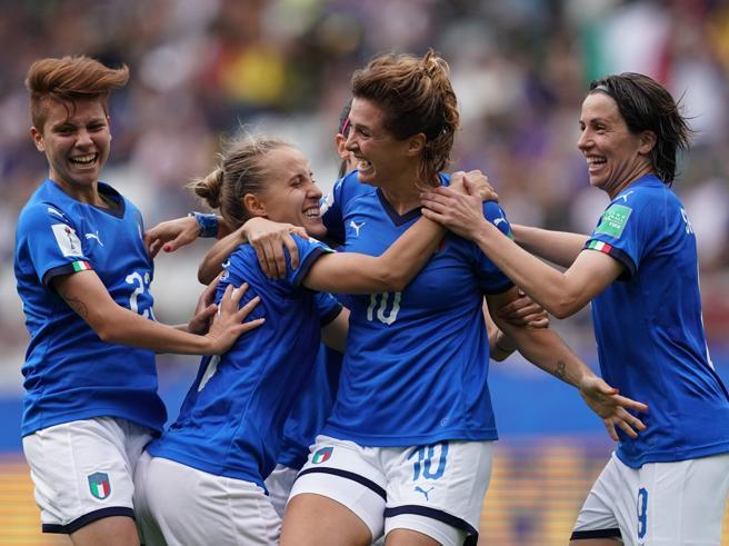 Se a Camillo Langone non piace la donna che gioca a pallone...
